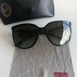 Ray-ban sunglasses women. In perfect condition.